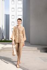 Идеальный бежевый костюм от Emporio Armani для успешных бизнес встреч